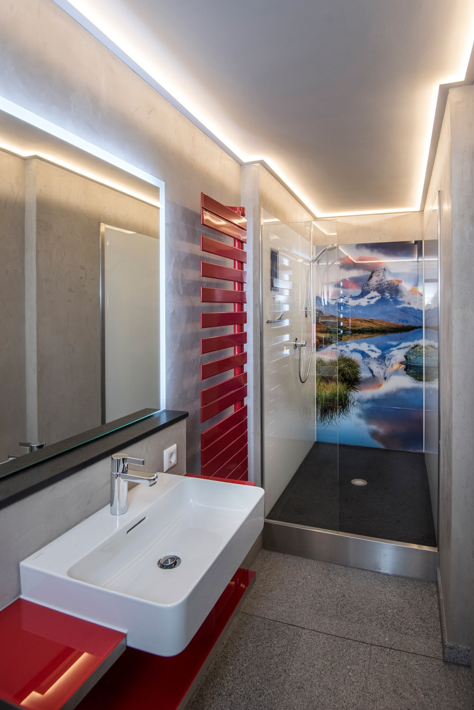 Dusche mit Fotowand